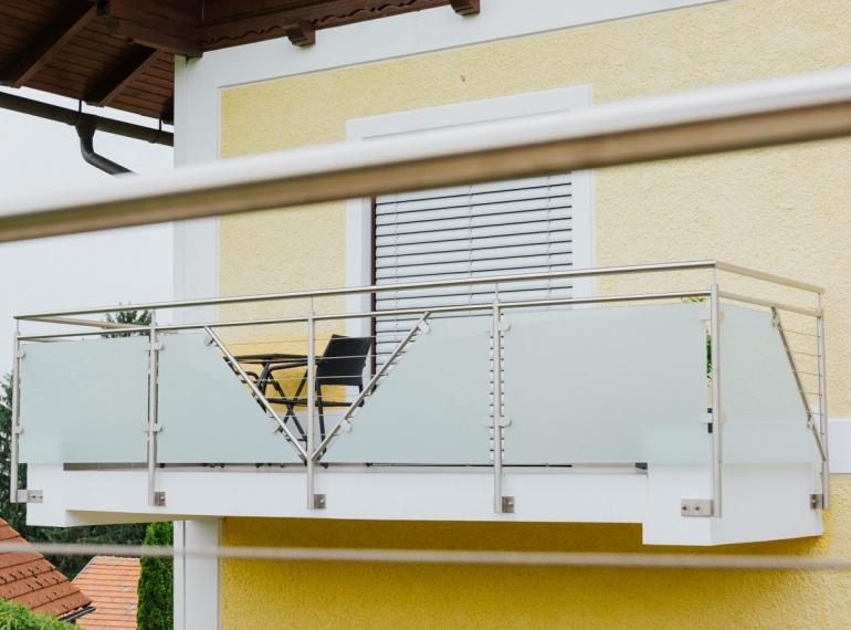 Sichtschutz aus NIRO und GLAS